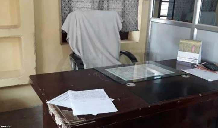 कुर्सी के मोह में Female Officer ने रात को ही कार्यालय खुलवाकर दे दी ज्वाइनिंग
