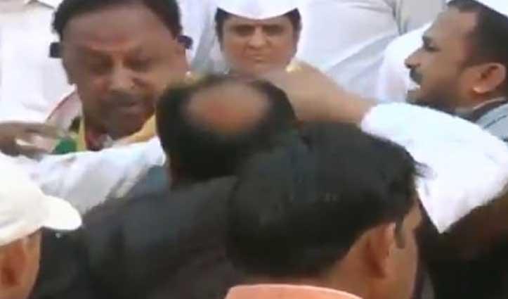 Video : झंडा फहराने को लेकर भिड़े कांग्रेस नेता, मारपीट का वीडियो वायरल