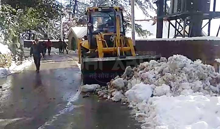 Shimla : जनजीवन को सामान्य बनाने में जुटा प्रशासन, खुद सड़कों पर उतर काम देख रहे DC