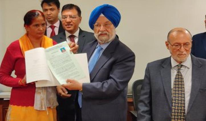 दिल्ली की अनाधिकृत कॉलोनियों के 20 लोगों को मंत्री ने सौंपी घर की रजिस्ट्री, AAP ने बताया फर्जी