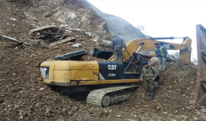 Solan में खिसका पहाड़, चपेट में आई पोकलेन मशीन-शीशा तोड़ बाहर निकाला ऑपरेटर