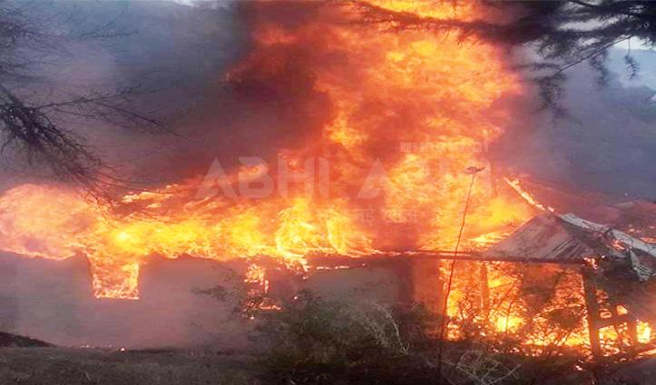 ज्वालामुखीः स्कॉर्पियो में लगी आग, शीशा तोड़कर बाहर निकला चालक