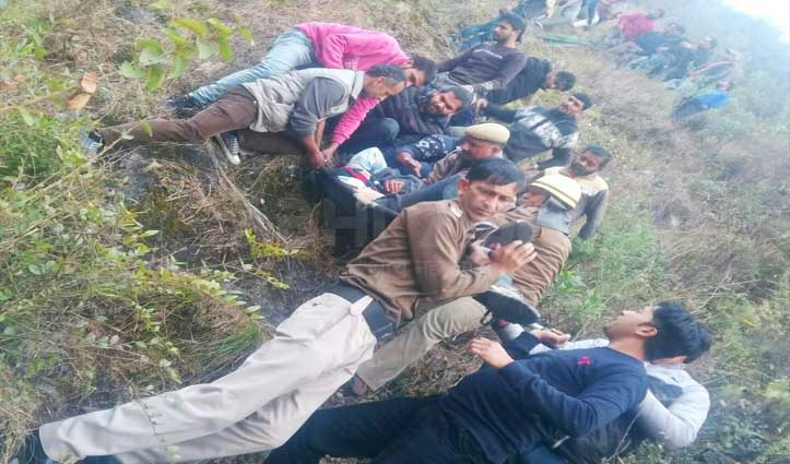 8 लोगों को लेकर जा रही कार सुन्नी में 200 मीटर गहरी खाई में गिरी, हुआ ये अंजाम