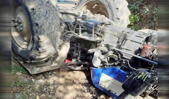 ब्रेक न लगने से पलटा ट्रैक्टर, नीचे दबा चालक- JCB की मदद से निकाला