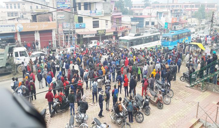 सेना भर्ती के लिए आए युवाओं का हंगामा, Chandigarh-Dharamshala NH पर किया चक्का जाम