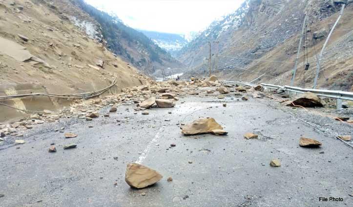 किन्नौर में Landslide से एनएच-5 बंद, पर्यटकों और स्थानीय लोगों की मुश्किलें बढ़ीं