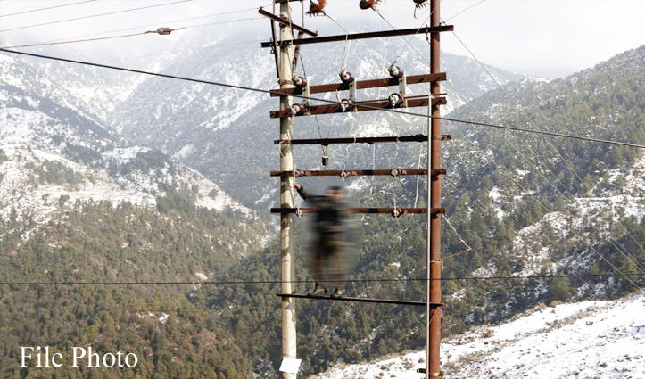 बिजली बोर्ड ठेकेदारों की लेबर के सहारे लड़ रहा सफेद सुनामी से जंग