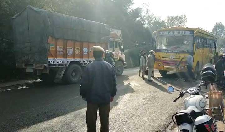 ट्रक और निजी बस में जोरदार टक्कर, Dharamshala-Shimla NH पर लगा लंबा जाम
