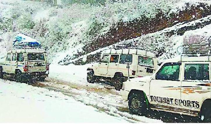 Billing घूमने आए पर्यटक बर्फबारी में फंसे, वाहनों की आवाजाही हुई बंद