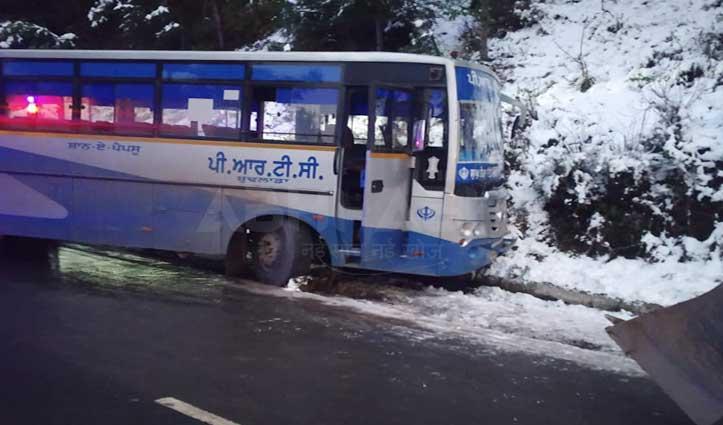 बर्फ में फिसली पंजाब रोडवेज की Bus, सेल्फी खींच रहा पर्यटक आया चपेट में