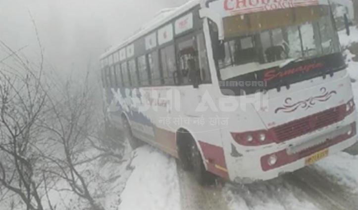 Chamba में सड़क पर जमी बर्फ पर स्किड हुई दो निजी बसें, लोगों के छूटे पसीने