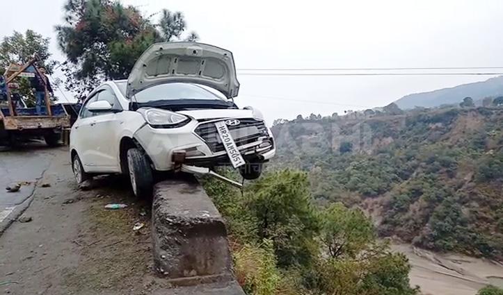 पैरापिट पर चढ़ हवा में लटकी Car