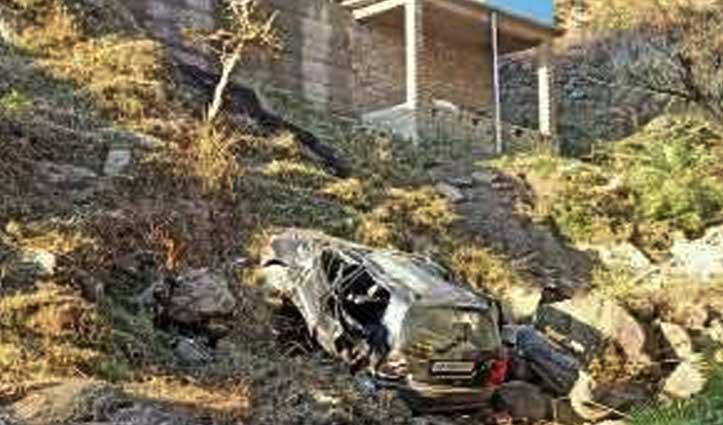 मंडी में कलखर के पास खाई में गिरी कार, पांच लोग पहुंचे अस्पताल