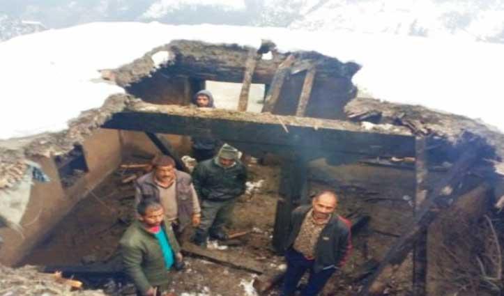 Chamba में बर्फबारी का कहर, विरोला में दो कमरों की छत गिरी, चिरौली में गौशाला जमींदोज