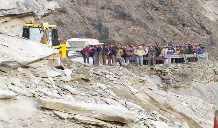 अचानक गिरी बड़ी चट्टान, खड़ामुख-भरमौर मार्ग पर थमे पहिए
