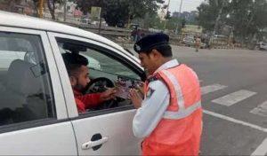 गाड़ी रोक कर भी मोबाइल पर बात की तो होगा चालान, जानें कब से लागू होगा नियम