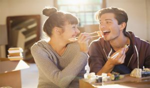 Girlfriend को करना है खुश पर जेब में नहीं पैसा, इन तरीकों ले उसे ला सकते हैं पास