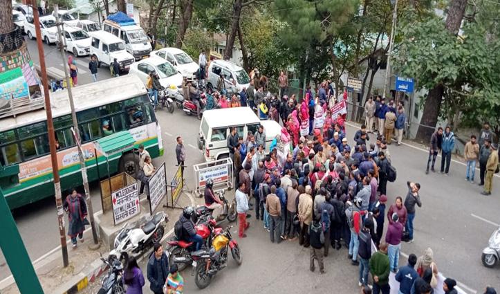 Dumping site के विरोध में सड़क पर उतरे सुधेड़ के ग्रामीण, धर्मशाला सवा घंटे तक जाम