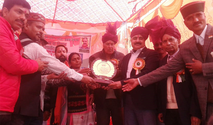गणतंत्र दिवस पर Dr. Rajesh ने फहराया तिरंगा, कई विभूतियां,महिला मंडल किए सम्मानित