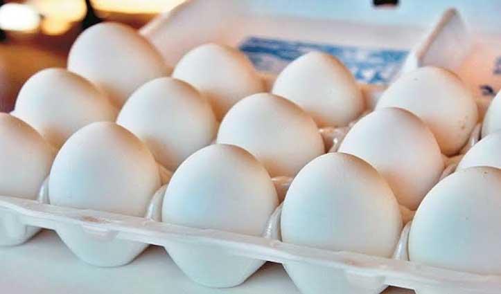 बाजार में बिक रहे नकली अंडे! लोगों ने किया Plastic निकलने का दावा