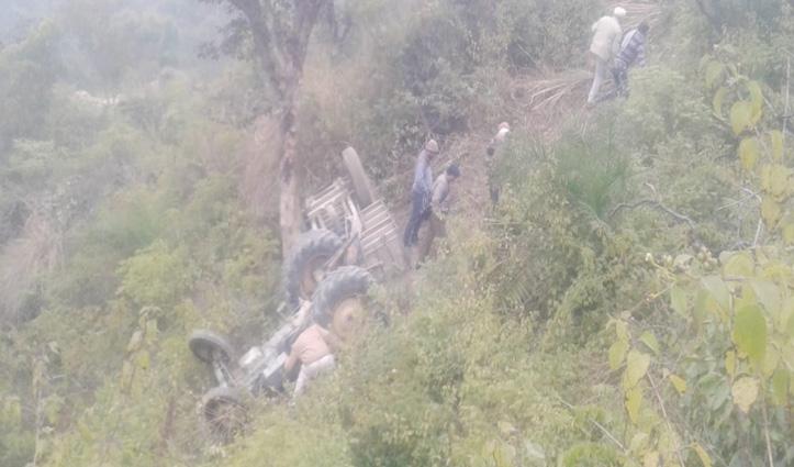 रेत-बजरी से भरा Tractor पलटा, चालक ने मौके पर तोड़ा दम