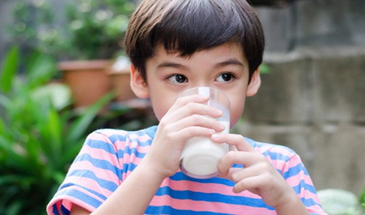 फुल-क्रीम मिल्क पीता है बच्चा, तो 40% कम है मोटापे का खतरा