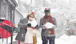 राज्यपाल ने हिमाचली अंदाज में पत्नी संग लिया बर्फबारी का आनंद