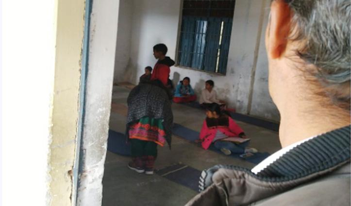बदइंतजामीः टौणी देवी में बच्चों ने चट्टाई पर बैठकर दी नवोदय स्कूल की प्रवेश परीक्षा