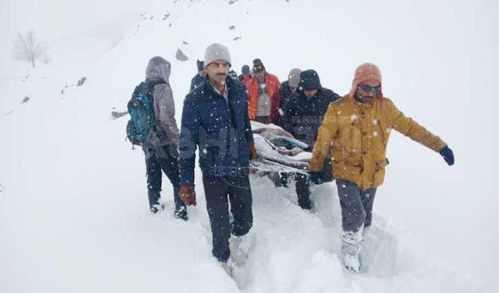 पुलिस जवान की जान बचाने को बर्फीले रास्ते में 4 घंटे में 7 किमी पैदल सफर