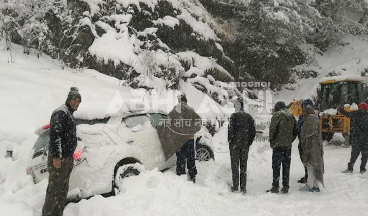 कोटखाई में फंसी Haryana के पर्यटकों की गाड़ी, पुलिस ने तीन को किया रेस्क्यू