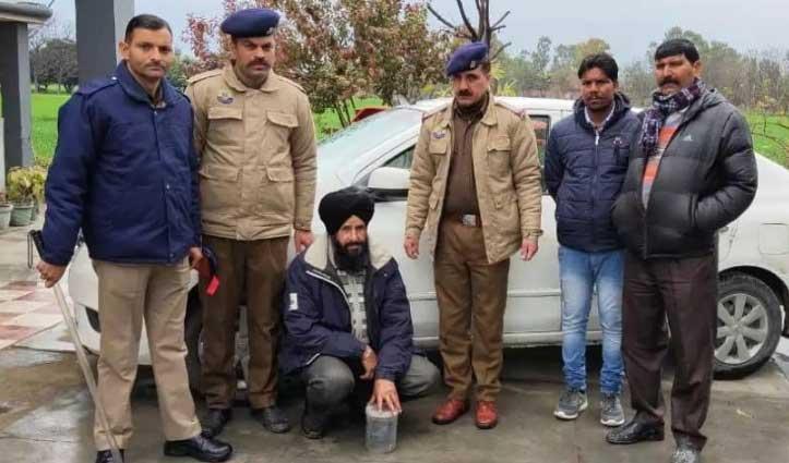 Nahan में चरस के साथ दो धरे, इंदौरा में बुजुर्ग की Car से अफीम बरामद