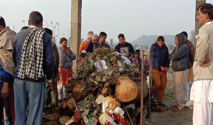 फतेहपुरः जवान को अंतिम विदाई, चचेरे भाई ने निभाया फर्ज- दी मुखाग्नि