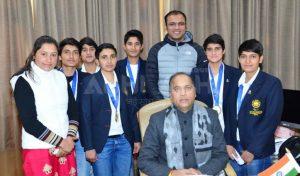 जयराम से मिलीं भारतीय महिला हैंडबॉल टीम की सदस्य