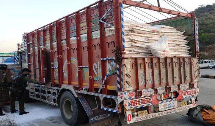 ट्रक में छिप कर Kashmir में घुस रहे थे Terrorist, सेना ने ढेर किए चार, हथियारों का जखीरा बरामद