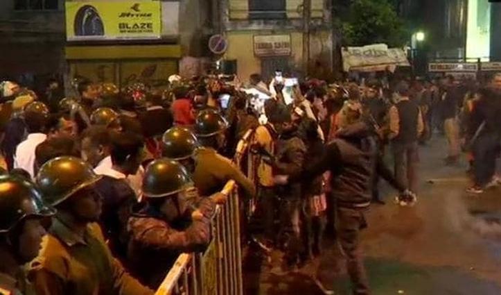 बंगाल तक पहुंची JNU की आग, लेफ्ट और राइट की भिड़ंत के बीच पुलिस का लाठीचार्ज