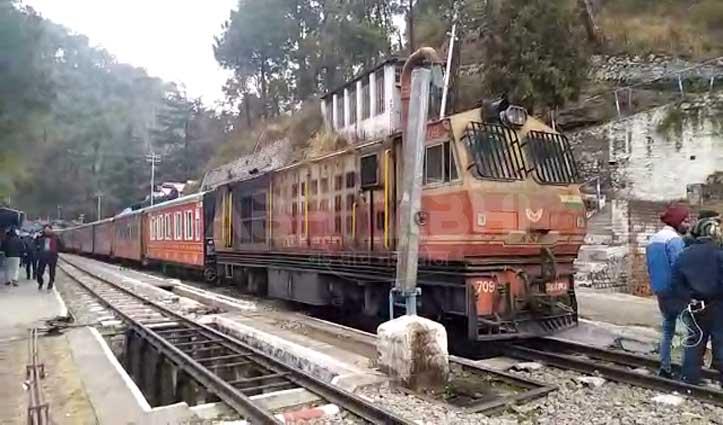 Kalka-Shimla Track पर फिर दगा दे गया इंजन, अढ़ाई घंटे परेशान हुए यात्री