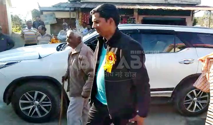 मंत्री ने काफिला रोक बुजुर्ग को दी लिफ्ट