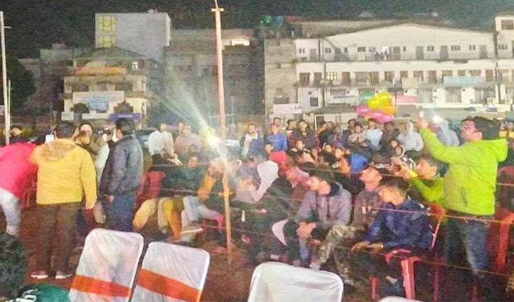 Sartaj के कार्यक्रम में हंगामा, युवक के साथ मारपीट से भड़के लोगों ने घेरी पुलिस की जीप