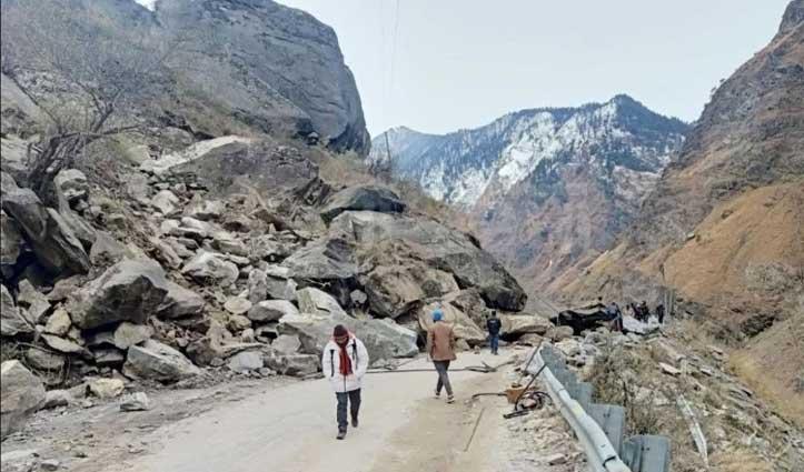 किन्नौर में पहाड़ों से गिरी चट्टानें एनएच-5 पर आवाजाही बंद