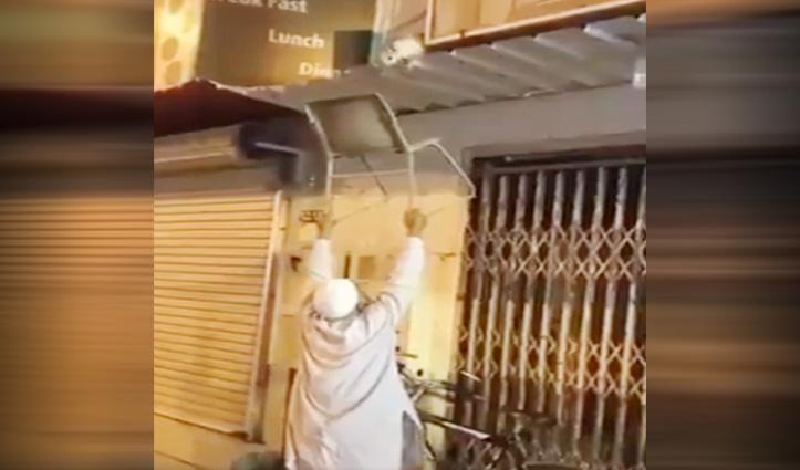 छज्जे पर अटके बिल्ली के बच्चे को शख्स ने ऐसे बचाया की हो रहा Viral Video