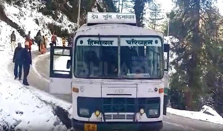बर्फ के कारण सड़क पर स्किड हुई HRTC की बस, बाल-बाल बचे यात्री
