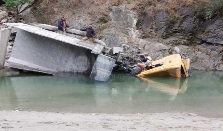 सैंज घाटी में पागलनाला के पास खड्ड में गिरा डंपर, चालक की गई जान