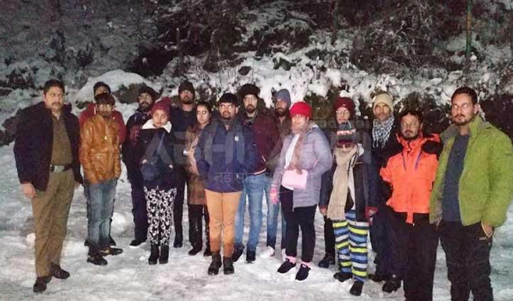 मणिकर्ण घाटी के तोष में बर्फबारी के चलते फंसे 12 Tourist रेस्क्यू