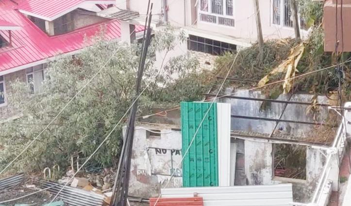 बसंत बिहार सोसायटी में अवैध निर्माण तोड़ने आई एमसी टीम हंगामे के बाद लौटी
