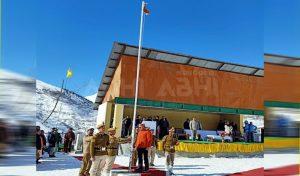 Keylong में बर्फ के बीच 10 हजार फीट की ऊंचाई पर फहराया तिरंगा