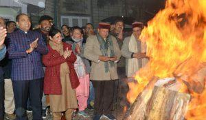 तस्वीरें: CM जयराम ठाकुर ने ओक ओवर में मनाई लोहड़ी, ये गणमान्य रहे मौजूद