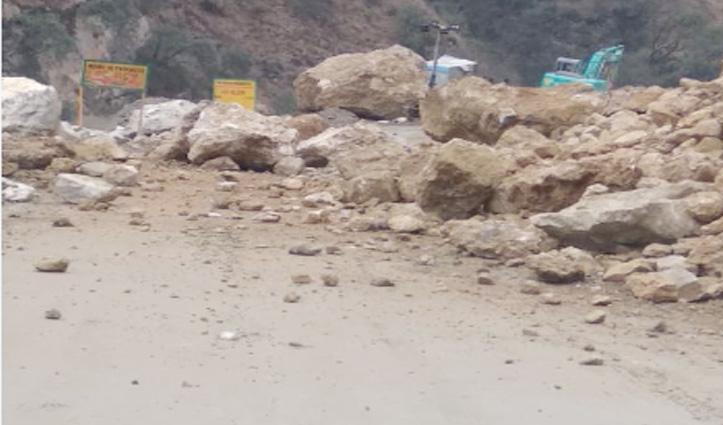 औट के पास पहाड़ी से फिर गिरे पत्थर, दोबारा बंद हुआ Chandigarh-Manali NH-लगा जाम