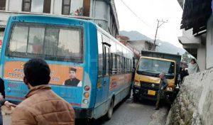 सड़क पर पास लेते हुए बस व टिप्पर में टक्कर, एनएच हुआ जाम