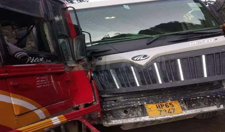चंडीगढ़-मनाली NH पर बस और ट्रक में जोरदार टक्कर, जाने कितने पहुंचे अस्पताल