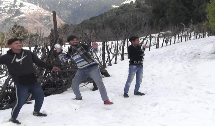 कड़ाके की ठंड के बीच बर्फ में अठखेलियां करने पराशर पहुंच रहे Tourist
